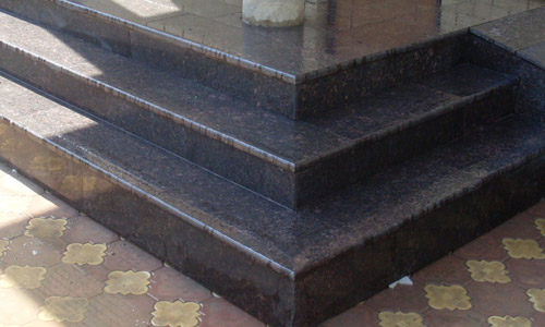 Ступени из гранита Тан браун на крыльце здания