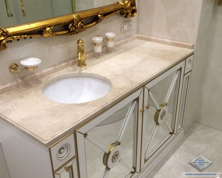 Столешница из мрамора Крема Нова в ванной