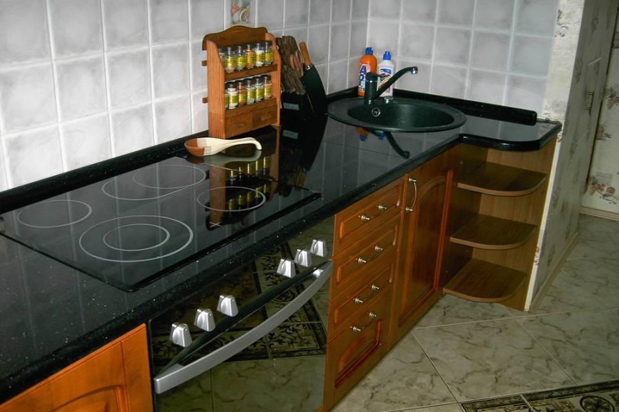 Гранитная столешница на кухне из сорта Блэк Гэлакси