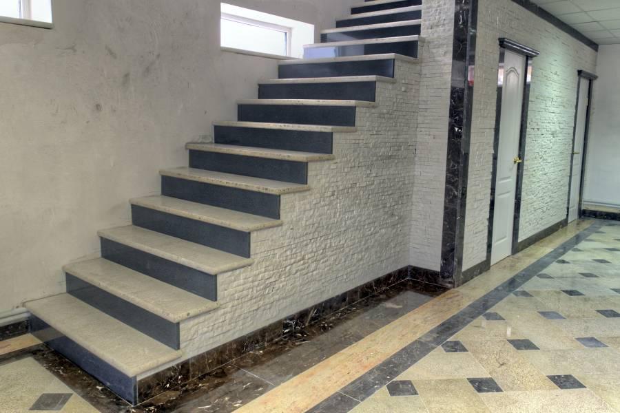 Облицовка стен и лестницы гранитами и мрамором разных сортов
