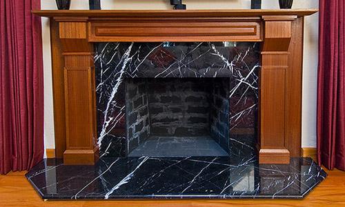 Камин облицованный чёрным мрамором