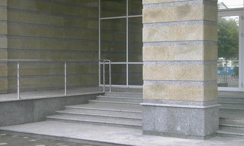 Облицовка гранитом фасада здания и входной лестницы