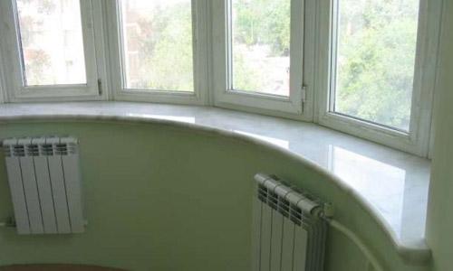 Мраморный подоконник под эркер белого цвета