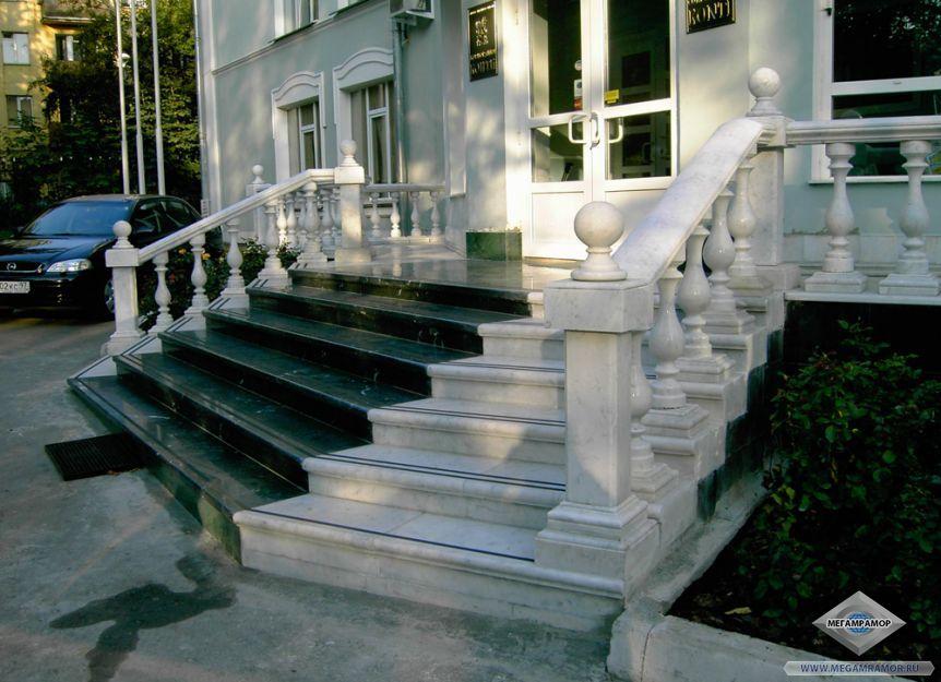 Парадный вход с лестницей из двух сортов мрамора
