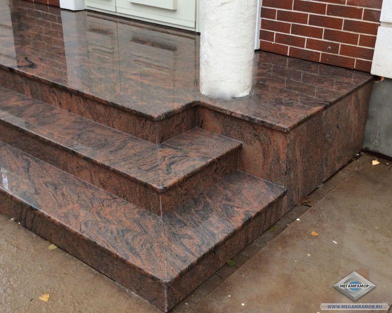Стыки гранитных плит на углу ступеней