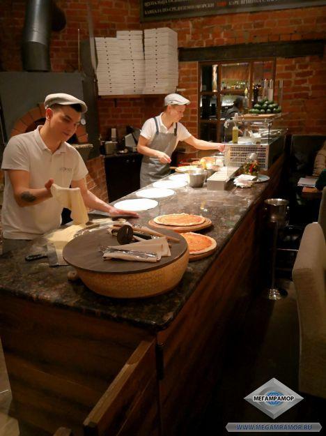 В интерьере кухни ресторана