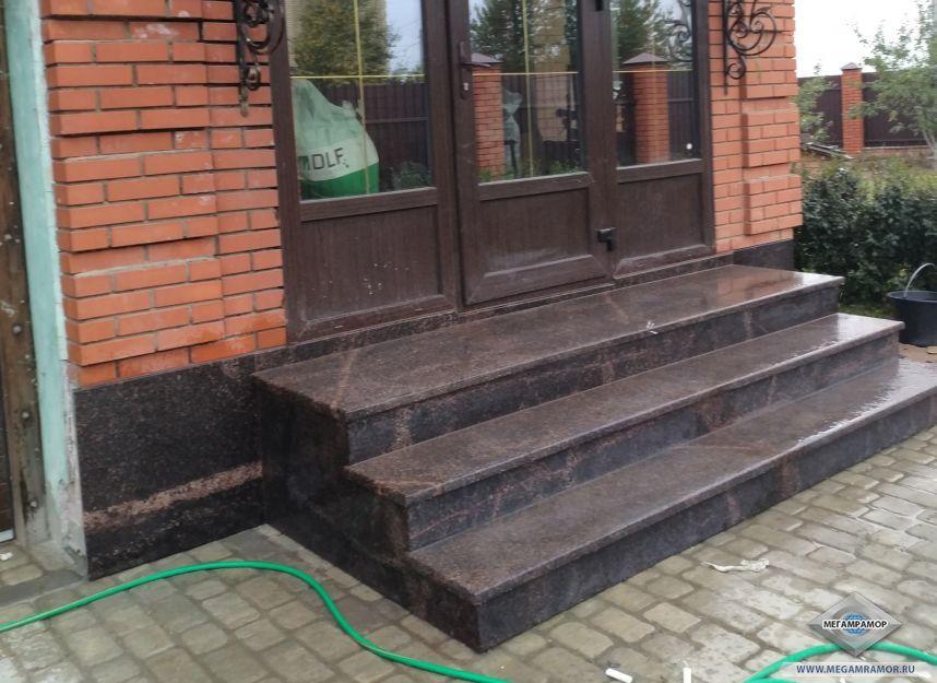 Наружная лестница из гранита Дымовский