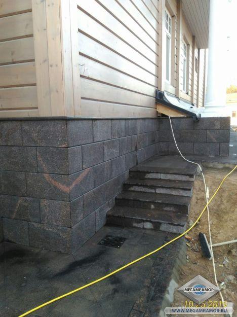 Небольшая лестница вдоль здания