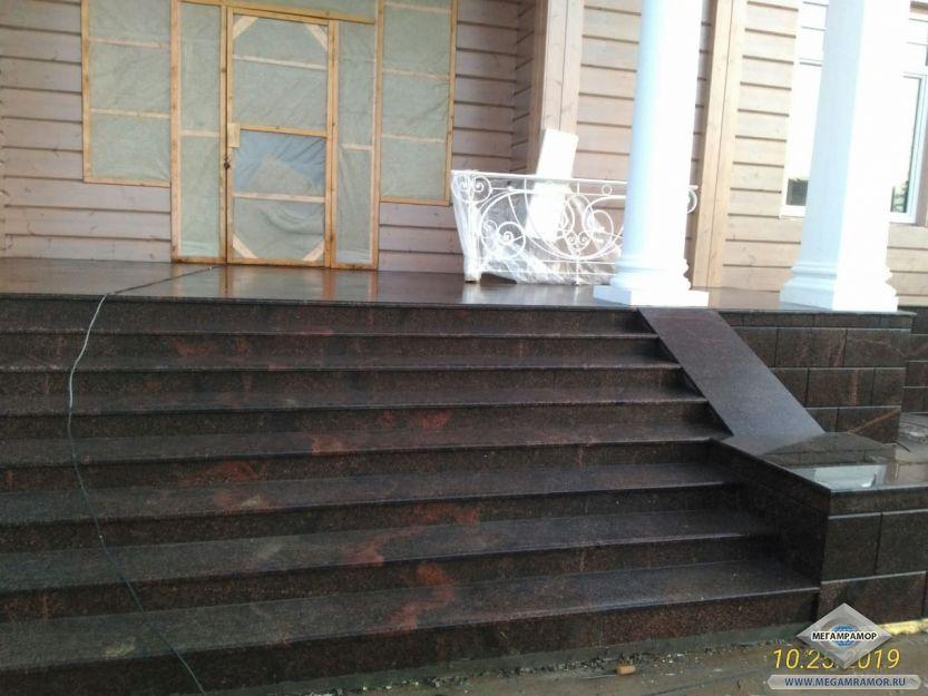 Лицевая лестница бани после монтажа