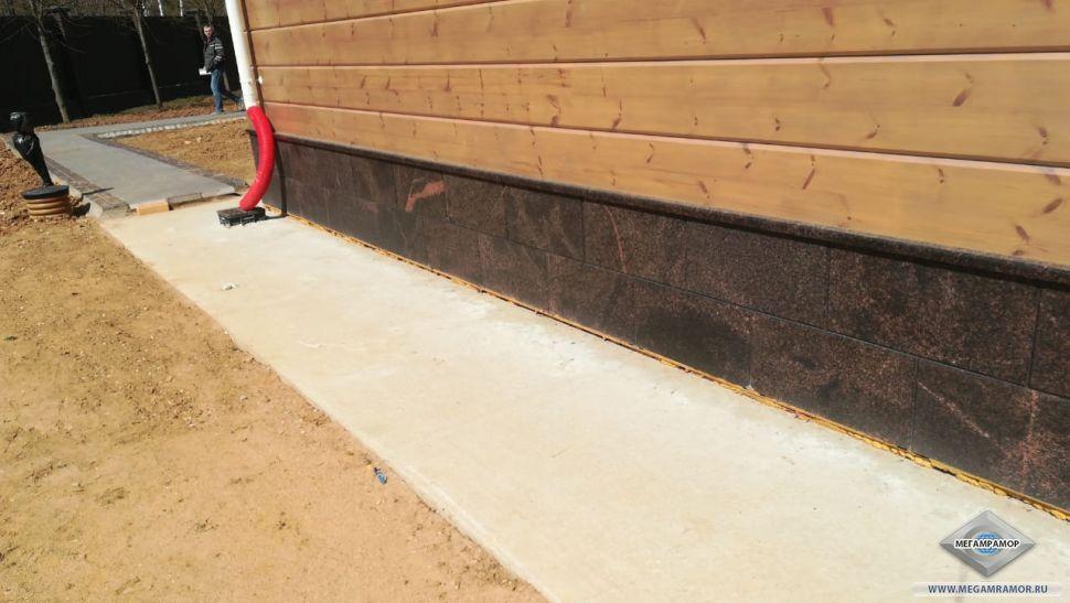 Укладка дорожки и готовый цоколь с боковой стороны бани