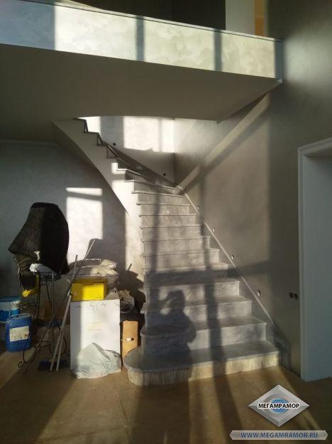 Общий вид лестницы в интерьере