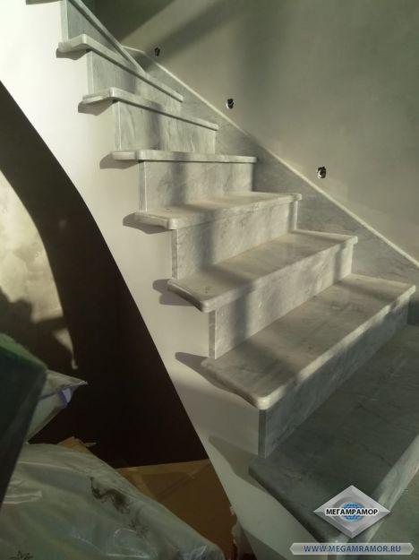 Облицовка лестницы мрамором Походиловский