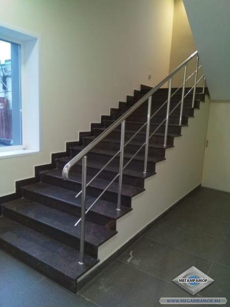 Гранитная лестница в офисном здании