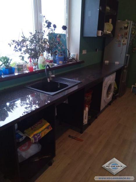 Кухонная гранитная столешница с вырезами под мойку и плиту