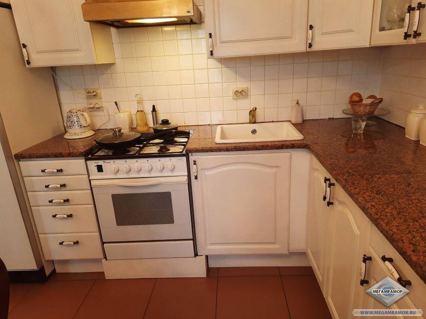 Гранитная столешница на кухню из сорта Мапл Ред
