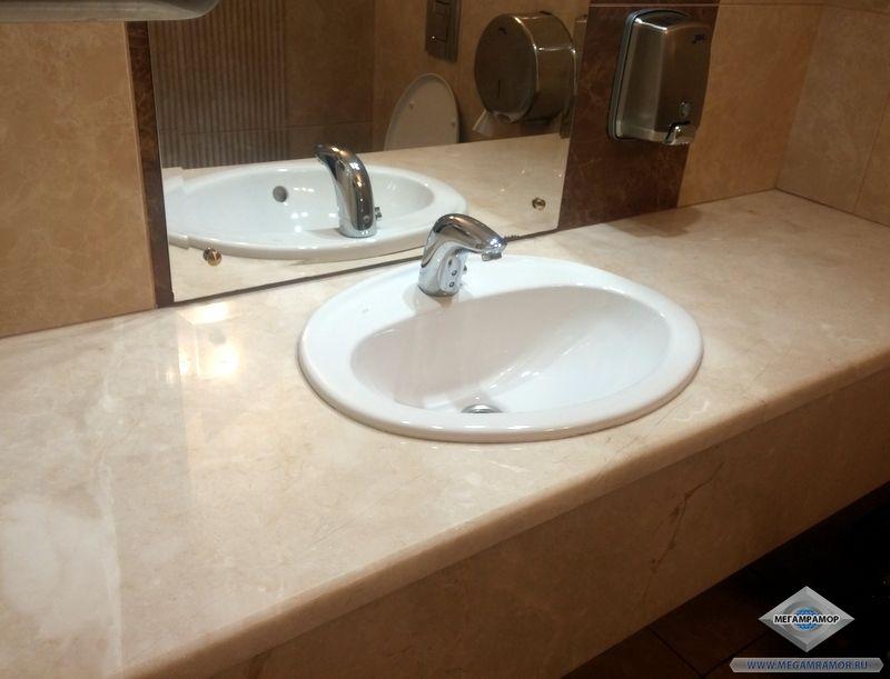 Столешница из мрамора Крема Нова в туалете